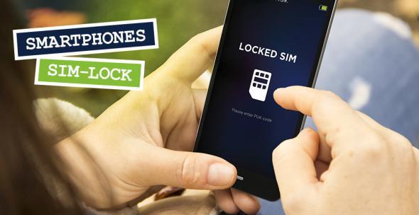 Eine Frau hält ein Handy mit gesperrter SIM in der Hand.