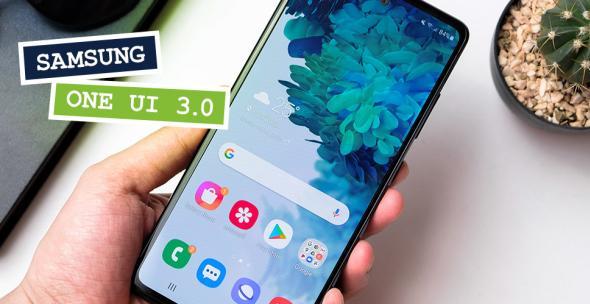 Eine Hand hält ein Samsung-Handy.